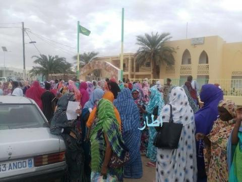 سكان مدينة أطار يتظاهرون  أمام مباني الولاية  مطالبن بالتحقيق في جريمة اغتصاب فتاة