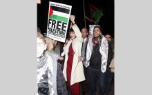 لندن : عارضة الأزياء بيلا حديد تشارك في تظاهرة من أجل القدس ضد قرار الرئيس الأميركي